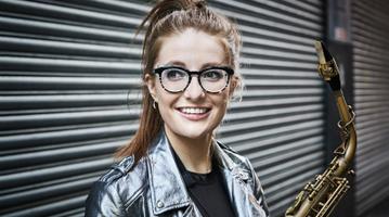 Jess Gillam, saxo